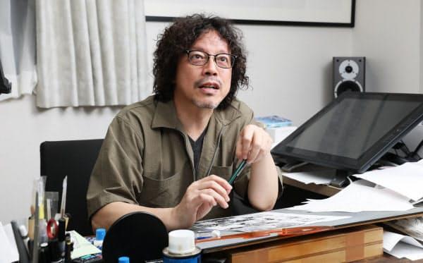 仕事場でインタビューに応じる浦沢直樹さん(17日、東京都内)