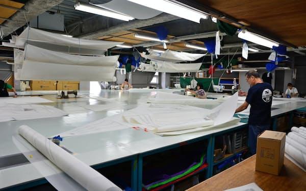 熟練の職人が0.1ミリ単位の精度で仕上げる(横浜市)