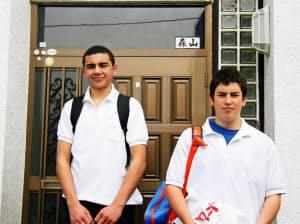 来日当初のリーチ・マイケル選手(左)=森山修一さん提供