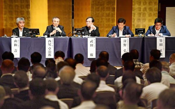 討論する(左から)京都大学の山極総長、大阪大学の西尾総長、神戸大学の武田学長、関西経済同友会の深野代表幹事、クロスエフェクトの竹田社長