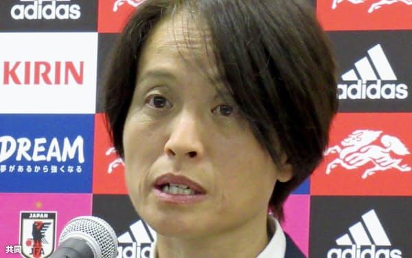 カナダ戦のメンバーを発表するサッカー女子日本代表の高倉監督(20日、東京都文京区)=共同