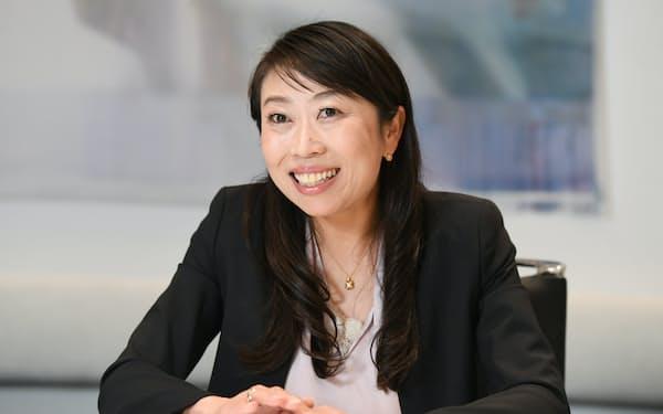 インタビューに答えるマネックス証券社長の清明祐子さん