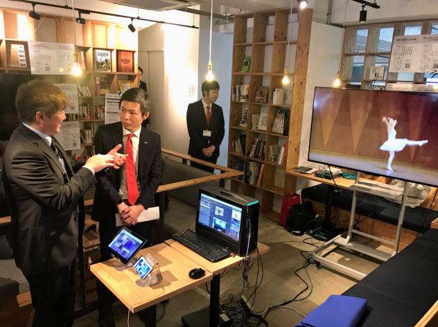 NTTドコモ中国支社が開いたイベントでは、5G端末が展示された(20日、広島市)