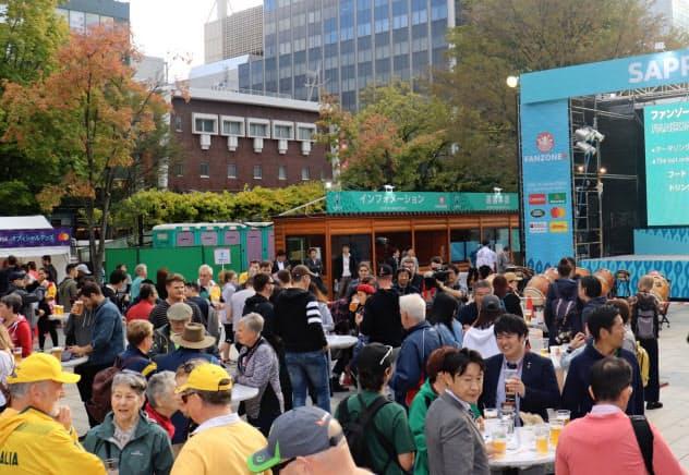 大通公園のファンゾーンでは大型ビジョンで試合を観戦できる(20日、札幌市)