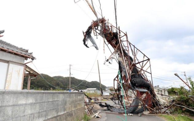 台風の影響で崩れた電柱(13日、千葉県南房総市)