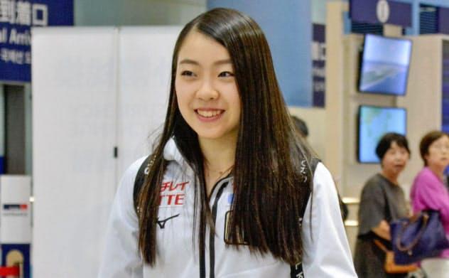 優勝したフィギュアスケートのオータム・クラシックから帰国した紀平梨花(20日、関西空港)=共同