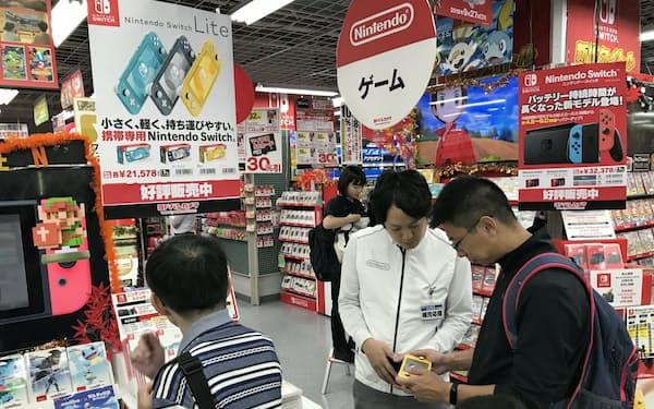 スイッチライトは手の届きやすい価格も人気(20日、大阪市のマルチメディア梅田)