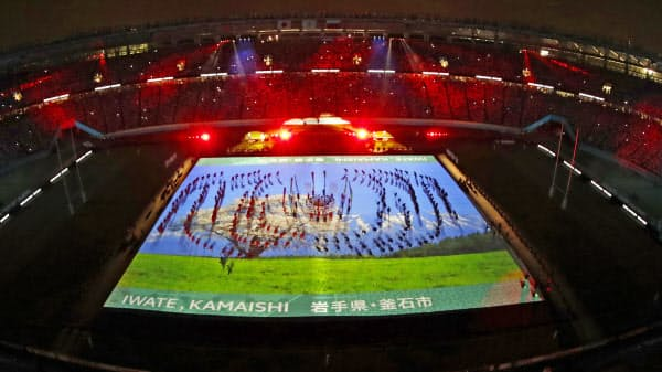 ラグビーW杯の開幕セレモニーでグラウンドに映し出された、開催都市・岩手県釜石市のプロジェクションマッピング(20日、東京都調布市の味の素スタジアム)=共同