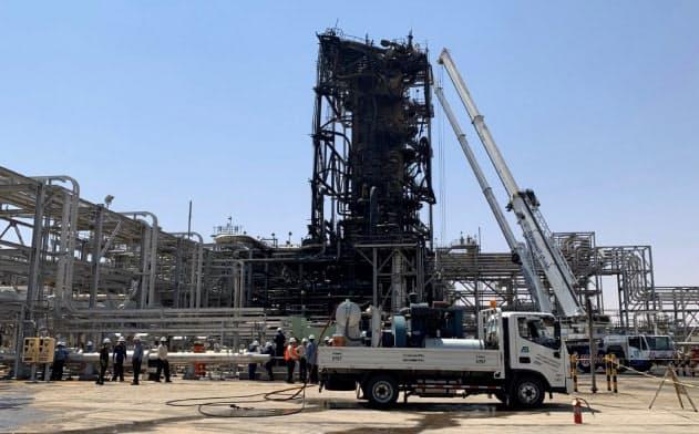 ミサイルによる攻撃を受けたとされる石油施設。生々しい火災のあとが残る(20日、サウジアラビア東部クライス)