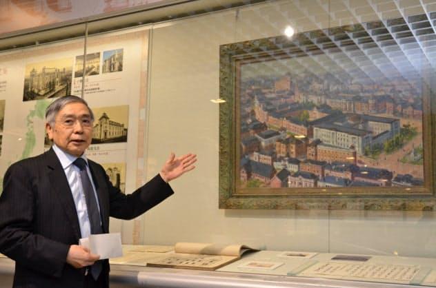 展示物を紹介する日銀の黒田東彦総裁(20日、東京・中央)