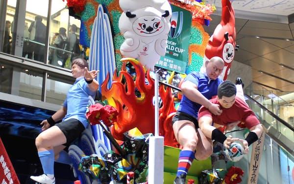 博多駅では「ラグビー山笠」が展示され、大会を盛り上げる(20日、福岡市)