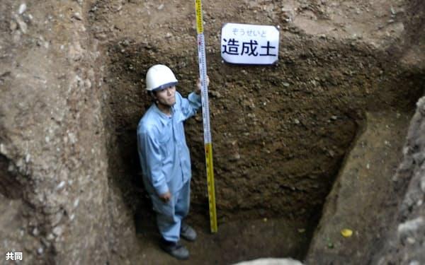 発掘調査で見つかった深さ3.3メートル以上の造成土(20日午後、京都市伏見区)=共同