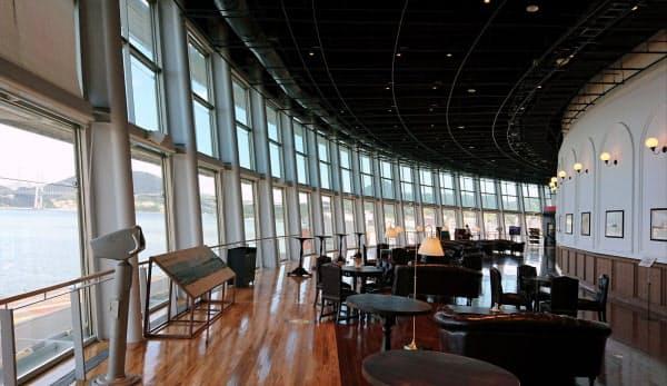 昭和の豪華客船をイメージしたカフェから関門橋などが望める