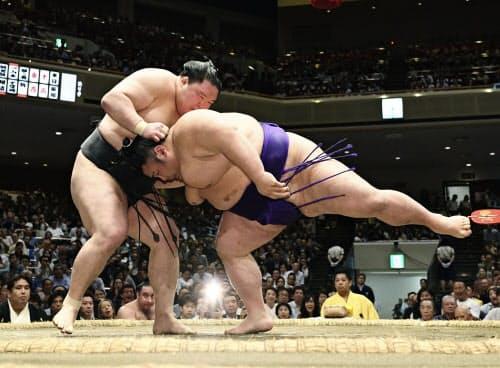 豪栄道(左)が上手投げで貴景勝を破る(20日、両国国技館)=共同