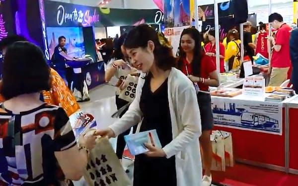 近鉄百貨店はフィリピンで開かれた旅行博覧会に参加し、アピールした。