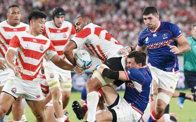 ロシア戦で突進するリーチ(中央)。日本を愛する日本代表選手である