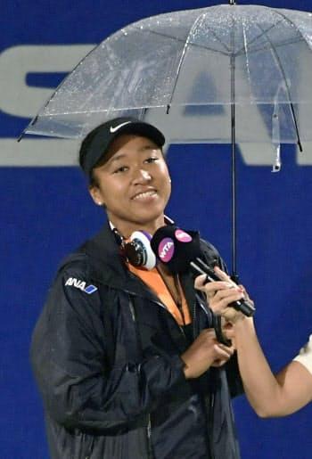 雨の影響でシングルス準々決勝が順延となり、あいさつする大坂なおみ(20日、ITC靱TC)=共同