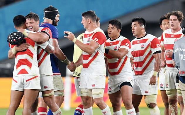 試合後、健闘をたたえ合うラブスカフニ(左から2人目)ら日本代表