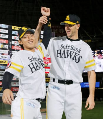 日本ハムに勝利し、お立ち台で今宮(左)とポーズをとるソフトバンクのバンデンハーク(20日、ヤフオクドーム)=共同