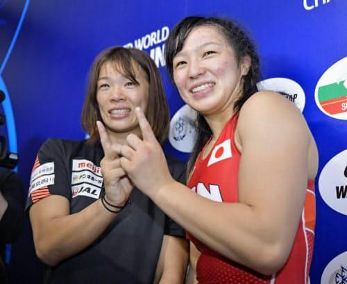 レスリング世界選手権女子57キロ級を制した姉の川井梨紗子(左)に続き、62キロ級で銅メダルを獲得し笑顔の川井友香子。姉妹で東京五輪代表に決まった(20日、カザフスタン・ヌルスルタン)=共同