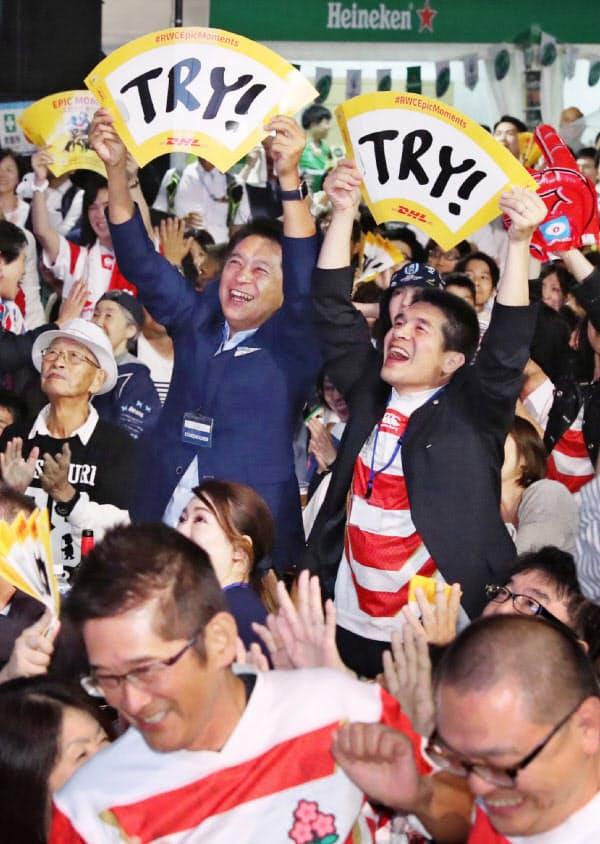 松島選手がトライを決め喜ぶファン(20日、福岡市博多区のJR博多駅前)