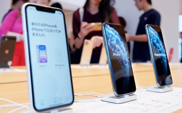 発売され店頭に並ぶ新型iPhone「11」シリーズ(20日、東京都千代田区)