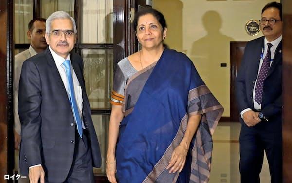 インドのシタラマン財務相(中央)=ロイター