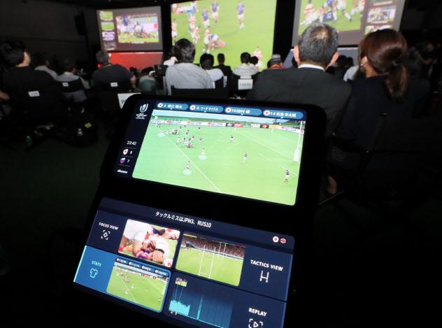 NTTドコモ主催のラグビーW杯パブリックビューイングイベントで提供される5Gを活用した試合観戦サービス(20日、東京都中央区)