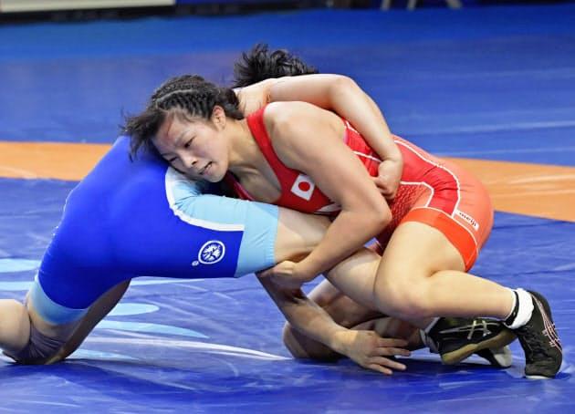 女子62キロ級3位決定戦 北朝鮮選手(左)と対戦する川井友香子=共同