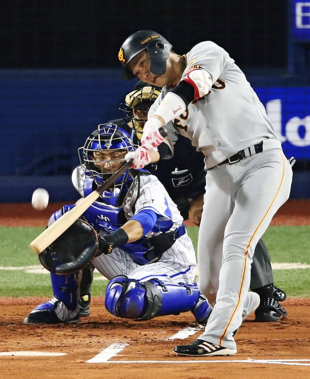 1回巨人無死一塁、坂本勇が中越えに先制2ランを放つ=共同