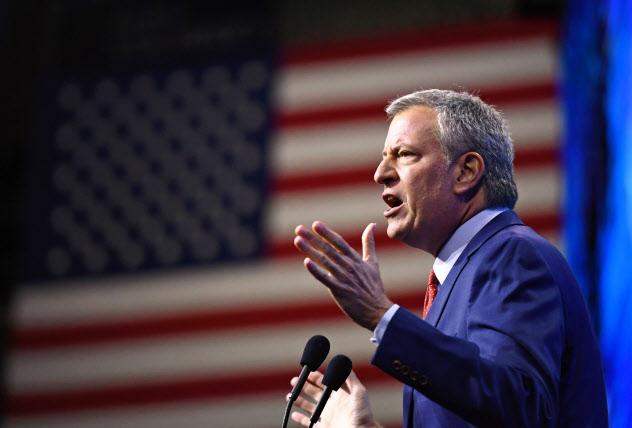 ニューヨークのデブラシオ市長は米大統領選に向けた民主党の指名争いから撤退する=ロイター