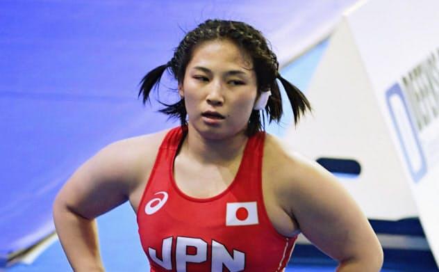 女子68キロ級3位決定戦でドイツ選手に敗れ、引き揚げる土性沙羅(20日、ヌルスルタン)=共同