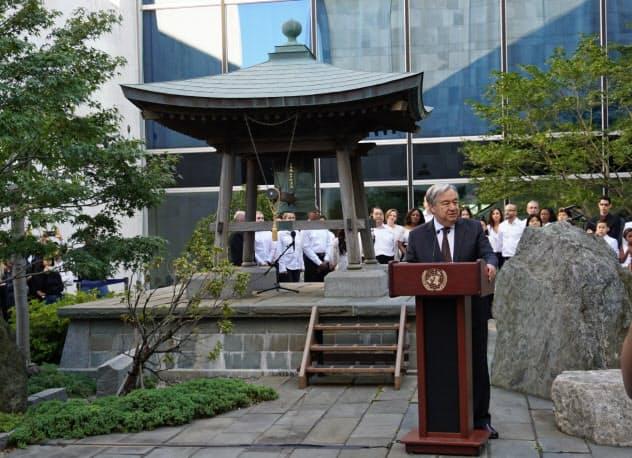日本が寄贈した「平和の鐘」の前で話す国連のグテレス事務総長(20日、ニューヨークの国連本部)