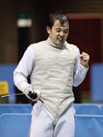 男子フルーレで決勝進出を決め、ガッツポーズする永野雄大(20日、駒沢体育館)=共同