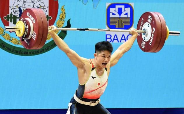 男子67キロ級 スナッチの143キロに成功した近内三孝(20日、パタヤ)=共同