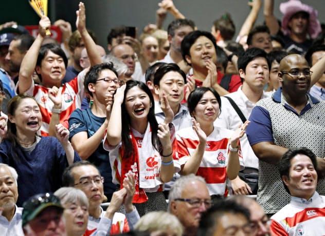 東京・有楽町の「ファンゾーン」で日本の得点に喜ぶ大勢の人たち(20日)=共同