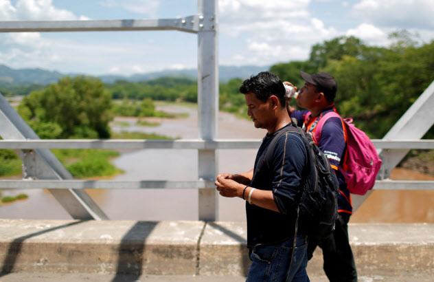 エルサルバドルとグアテマラの国境を渡るニカラグアからの移民=ロイター