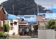 屋根にブルーシートが掛けられた千葉県鋸南町の住宅(20日午後)=共同