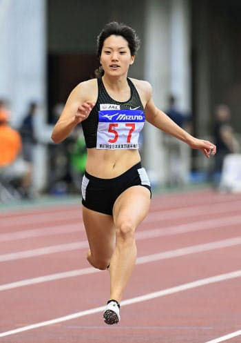 女子100メートル決勝 11秒74で初優勝した土井杏南(21日、ヤンマースタジアム長居)=共同