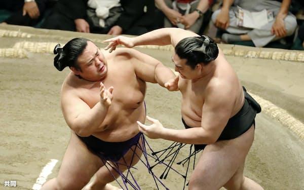 貴景勝(左)が押し出しで竜電を破る(21日、両国国技館)=共同