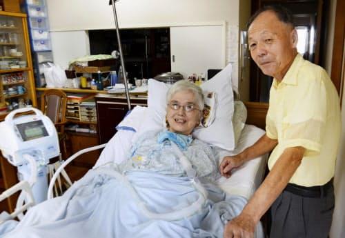 人工呼吸器を使う津田英子さん(左)と夫の英伸さん(14日、千葉市花見川区)=共同
