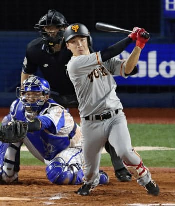 10回巨人2死一、三塁、増田大が中前に決勝打を放つ。捕手戸柱(21日、横浜)=共同