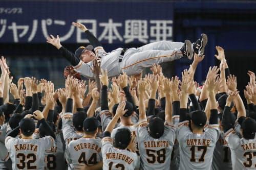 5年ぶりのリーグ優勝を決め、胴上げされる巨人の原監督(21日、横浜)=時事