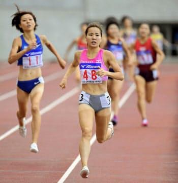 女子1500メートル決勝 4分13秒38で初優勝した木村友香=48(21日、ヤンマースタジアム長居)=共同