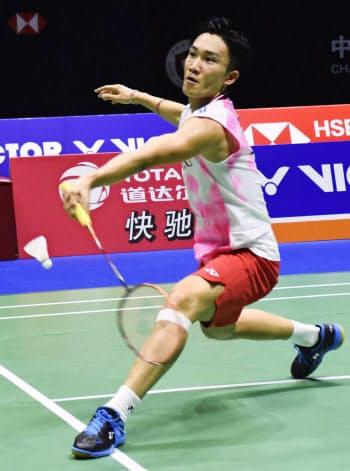 男子シングルス準決勝でプレーする桃田賢斗(21日、常州)=共同