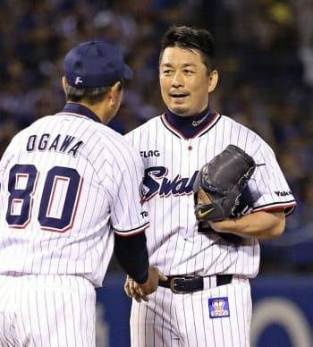1回、引退試合の登板を終え、小川監督(手前)にねぎらわれるヤクルト・館山(21日、神宮)=共同