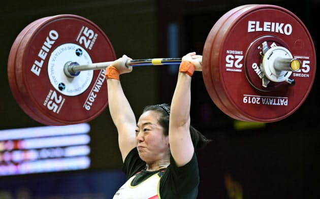 女子59キロ級 ジャークで126キロに成功した安藤美希子(21日、パタヤ)=共同