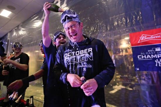 チームメートにシャンパンをかけられるヤンキースの田中。ポストシーズンでの投球が注目される=AP