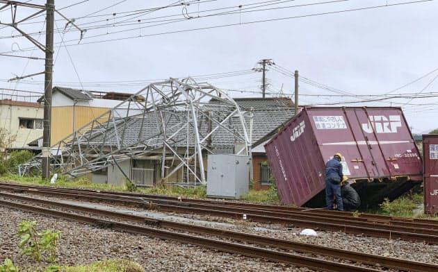 宮崎県延岡市で発生した突風で、飛ばされた貨物コンテナと倒れた鉄塔(22日)