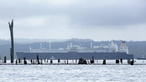 パナマ運河のガトゥン湖を通り大西洋に出ようとする貨物船。干ばつで水位が低下し、普段は水面下に沈んでいる木の幹が姿を現している=AP